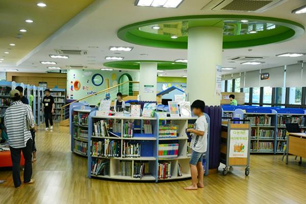 여름 실내 피서지로 딱! 시원한 도서관에서 책과 함께 여름나세요. - 대구구립도서관