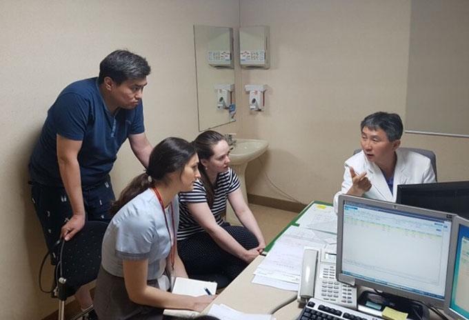 (병원 진료사진 - 왼쪽부터 마함벳(남편), 인디라(아내), 나지라(경북대병원 코디네이터)