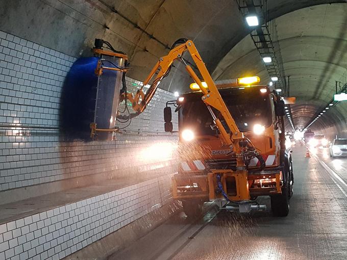 터널 세척작업 중인 차량