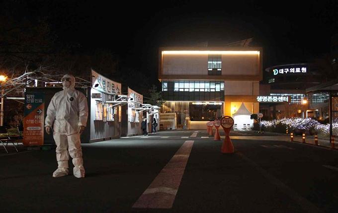 늦은 밤 대구의료원 선별진료소에 환하게 불이 켜져 있다.