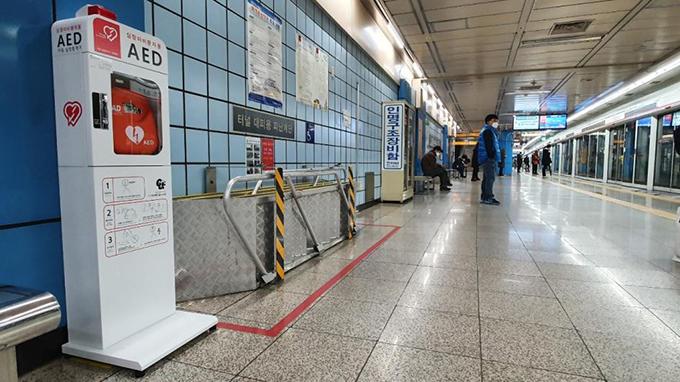 1호선 명덕역 승강장에 설치된 자동심장충격기(AED)
